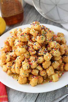 Struffoli are fried dough balls that are covered in honey and sprinkles, all served in a mound. This golden sweet treat is an Italian Christmas staple. Struffoli are made from simple ingredients with (Italian Christmas Bake) Bite Size Desserts, Just Desserts, Delicious Desserts, Dessert Recipes, Picnic Recipes, Italian Cookie Recipes, Italian Cookies, Baking Recipes, Easy Italian Desserts