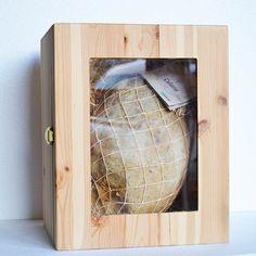 Un regalo importante firmato #Emmeduesalumi di #Picerno. Tradizione e autencità racchiusi in una scatola. #capsam #food #foodporn #salumi #natale #regali http://www.capsam.it/shop/index.php?id_product=37&controller=product&id_lang=1