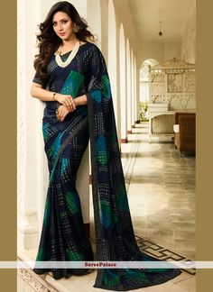 Experience the online shopping for indian traditional saree. Order this sumptuous printed work navy blue printed saree. Trendy Sarees, Fancy Sarees, Party Wear Sarees, Simple Sarees, Indian Gowns, Indian Outfits, Saris, Indian Gown Design, Ethnic Sarees