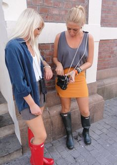 Femmes in Rubber Boots Hunter Boots Fashion, Rain Boots Fashion, Hunter Boots Outfit, Hunter Wellies, Wellies Rain Boots, Ladies Wellies, Rainy Day Fashion, Outfits Damen, Wellington Boot