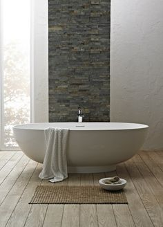 salle de bain minimaliste décorée avce de la pierre et du bois