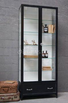 Apothekerskast 10061 (9005) - Stijlvolle zwarte apothekerskast met lade onderin. Achter de vitrinedeuren zitten vijf glasplaten. Een kast zoals deze met houten legplanken in plaats van glas is €1195,-. MAATWERK Dit meubel is handgemaakt en -geschilderd. De kast kan in vrijwel elke gewenste maat, indeling en RAL-kleur worden nabesteld. Benieuwd naar de mogelijkheden? Kom eens langs, of neem contact met ons op. Wij maken vrijblijvend een offerte voor het meubel van uw voorkeur!