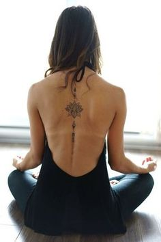▷ Flower Ideas Tattoo designs and their meanings .- ▷ 1001 + Ideen für Blumen Tattoo Designs und ihre Bedeutungen Beautiful floral tattoo on the back, mandala tattoo, a woman doing yoga exercises, backless blouse - Yoga Tattoos, Body Art Tattoos, New Tattoos, Girl Tattoos, Small Tattoos, Tatoos, Female Back Tattoos, Back Tattoos For Women, Back Tattoo Women Spine