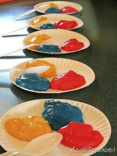 Mixing colors with pudding. Fun way to help preschoolers learn about secondary colors.