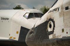 Enterprise, à gauche, et Discovery se rencontrent nez-à-nez lors de la cérémonie de transfert à Steven F. Udvar-Hazy Center du Smithsonian, le jeudi 19 Avril 2012