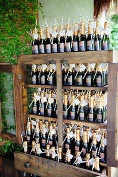 Garrafinhas de champagne com canudo para os convidados. Fotos: Lifelines