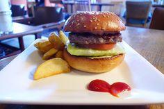 エスケールが新たに取り組んでいる低糖質なハンバーガーロカボバーガー大豆粉を使用したオリジナルバンズを使って糖質を抑えたハンバーガー一個より低糖質普通のバーガーと違いはほとんど感じられません低糖質な食生活が必要な方にとてもオススメなバーガーです#food #foodporn #meallog #burger #burger_jp #ハンバーガー # #tw