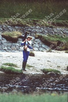 Diana playing with William. I really love Princess Diana, she was a great mother, she loves to share her time with her son. Princess Diana Rare, Royal Princess, Prince And Princess, Princess Of Wales, Diana Son, Lady Diana Spencer, Prince William And Harry, Prince Charles, Princesa Diana