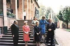 1965: vordere Reihe v.l.n.r. Prinz Ludwig von Hessen, Elizabeth II., Prinzessin Margaret von Hessen und Prinz Philip. Foto: Presse- und Informationsamt der Bundesregierung. Standing on the same steps as their ancestors !