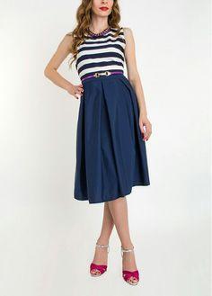 Стильное платье сверху в полоску, на поясе