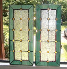 Alegrar la entrada de la puerta o agregar privacidad con una luz lateral de vidrieras personalizadas o dos. Este panel de vidrieras de estilo victoriano es mi diseño, pero inspirados de la época victoriana. Esto también haría un hermoso espejo de popa. Usted elige los colores de vidrios de colores para interior o exterior. Todo lo que necesito es el tamaño final (sólo soy capaz de manejar hasta 48 debido a la hoja de cobre y técnica de la soldadura). Precio se basa en tamaño (este mide 36 x…