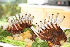Cordeiro com aspargos, brocolis e batatas ao forno