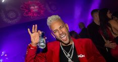 Having returned to his best form, Neymar will clearly be one of PSG's main assets in the Champions League. But before thinking about Dortmund, the Brazilian prepared to celebr… Neymar Jr, Cristiano Ronaldo, French Cup, Fc Barcelona Players, Neymar Brazil, Brazil World Cup, Paris Saint Germain, Best Football Players, Hair
