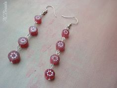 Brincos compridos em rosa escuro com flores em branco / Long earrings with dark pink glass beads