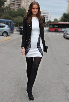 Vestido midi con medias negras