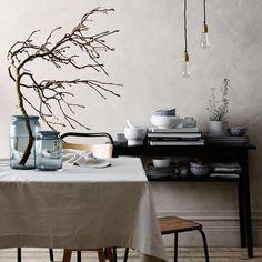 Ta in naturen hemma! En stor gren, med eller utan blad, blir effektfullt i en fin vas. Läs fler tips från stylisten Ulrika Eriksson på åhlens.se