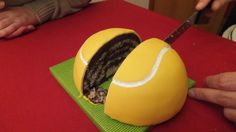 Chocolate tennis ball cake. Tarta de chocolate pelota de tenis.