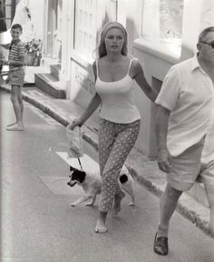 gatabella: Brigitte Bardot with her dog Guapa, Bridget Bardot, Brigitte Bardot, Rita Hayworth, Classic Hollywood, Old Hollywood, Audrey Hepburn, The Most Beautiful Girl, Beautiful Women, Fur Fashion