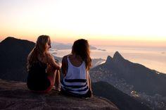 Ver o nascer do Sol na Pedra Bonita. Trilha de fácil acesso, bem localizada e com um visual incrível para o Rio de Janeiro. São apenas 30 minutos de caminhada leve.