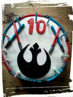 Jedi taart met lightsabers. Gemaakt voor de tiende verjaardag van mijn eigen kanjer. Biscuitcake gevuld met Oreo vulling.