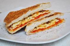 Küchenzaubereien: Fladenbrot-Sandwich vom Grill (mit Halloumi & Honig-Zwiebeln)