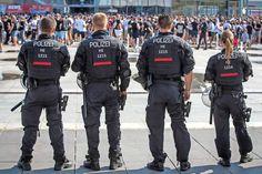 Polizisten bei einem Fußballspiel (Archivfoto)