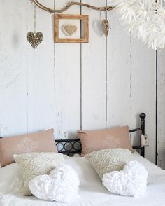 So cozy! Extremely cute bedroom design by @Amoureusement_toi . https://www.instagram.com/p/BYJgjxPlM-6/?taken-by=amoureusement_toi   #bedroom #Pixers #scandinavian #white #homedecor #home #interiordesign
