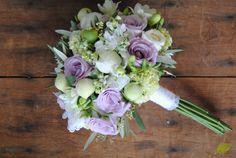 Ramo de novia especial en lila, blanco y verde con olivo. Mayula Flores