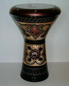 DARBUKA  instrumento de percusión de origen árabe usado en todo el Medio Oriente. Pertenece al grupo de los tambores de copa.