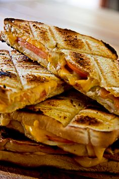 South African braai favourite- braai broodjies cheese, onion, tomato salt peper and packed on the grill / braai. Braai Recipes, Cooking Recipes, Barbecue Recipes, Oven Recipes, Cooking Ideas, Food Ideas, Recipies, South African Braai, South African Recipes