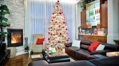 Décembre: Sapin, flambées et champagne  |  Photo: Rodolf Noël  #deco #noel #foyer #lumiere #salon #sejour