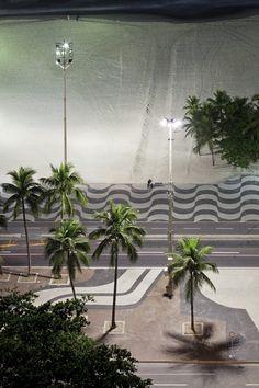 <p>Famoso cartão postal da cidade, a orla de Copacabana adquiriu a forma atual na década de 70, com o alargamento da Avenida Atlântica. Até então a via compreendia apenas duas faixas para veículos, uma em cada sentido. A expansão era necessária não apenas devido ao aumento do tráfego, mas também para execução de obras de saneamento e para contenção das frequentes ressacas.</p> <p></p> <p>O projeto paisagístico concebido por Burle Marx introduziu um belo mosaico de formas geométricas…