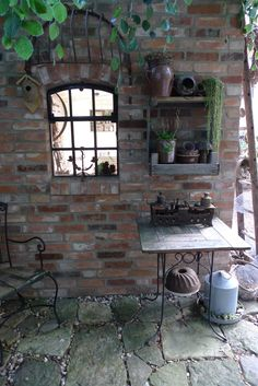 Gartenhaus aus Mauerziegeln, Gusseisenfenster, Heuraufe, Obstkistenregal