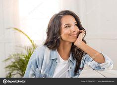 Скачайте стоковую фотографию Макро портрет красивой улыбающийся молодой женщины, сидя на диване у себя дома - 158587574 из многомилионной коллекции лицензионных фотографий, иллюстраций и векторных изображений Depositphotos.