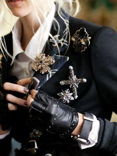 Brosche - trendy fashion accessorize- Very chic! Fashion Details, Look Fashion, Womens Fashion, Fashion Design, Retro Fashion, Trendy Fashion, Mode Sombre, Mode Costume, Mode Inspiration