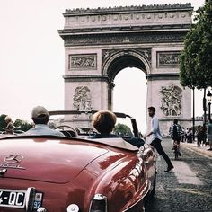 A roadtrip with the beautiful Mercedes-Benz 190 SL trough Paris, France.