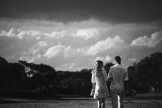 foto preto e branco de ensaio de casal no parque São Lourenço em curitiba