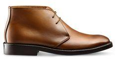 Klasyk stylucasual. Model Chukka z kostkę wykonany z luksusowej skóry cielęcej w efektownym kolorze Cuoio. Barwione i patynowane ręcznie. Dzięki klasycznejpodeszwie z gumy buty można nosić komfortowo przyjesienno-zimowej pogodzie. Szycie podeszwy metodą Blake zapewnia elastyczność i lepszy komfort. Polecane do stylu casual, pasują do cieplejszych tkanin i materiałów.