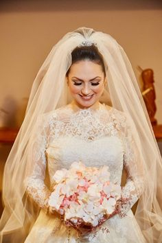 Noiva clássica e elegante. Casamento Tradicional | Adriany e Thiago Short Bridal Hair, Wedding Gowns, Wedding Rings, Sally, Victorian, Wedding Ideas, Diy, Fashion, Bride Groom Dress