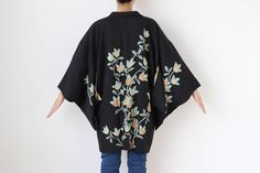 Etsy のBlack silk Haori, Japanese kimono, kimono jacket, black kimono top, kimono cardigan, womans jacket, black jacket /2000(ショップ名:LitreJapan)