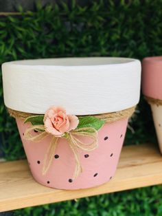 Flower Pot Art, Flower Pot Design, Flower Pot Crafts, Clay Pot Projects, Clay Pot Crafts, Painted Plant Pots, Painted Flower Pots, White Pot, Pink White