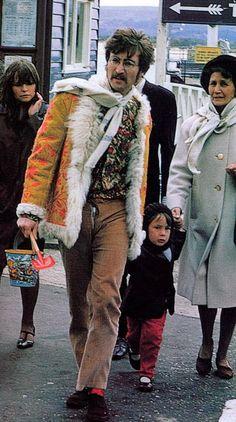 John Lennon, Aunt Mimi and Julian Lennon 1967