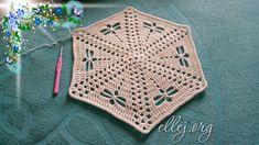 Очень простая и милая салфеточка-подставка со стрекозками. Удобная схема вязания крючком. Knitting Squares, Crochet Mandala Pattern, Crochet Videos, Crochet Projects, Crochet Tutorials, Doilies, Blanket, Kitty, Crocheting