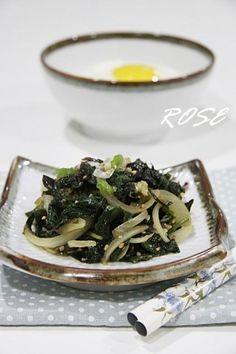 깻잎나물 sesame leaf with onion and garlic Korean Food, Japchae, Risotto, Onion, Dishes, Cooking, Ethnic Recipes, Garlic, Roots