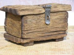 - Baskets and Boxes - Decorative Boxes: Lovely rustic wooden box. -Read More –. Barn Wood Projects, Driftwood Projects, Diy Projects, Project Ideas, Rustic Wood Box, Barn Wood Decor, Wooden Decor, Easy Woodworking Projects, Woodworking Tools