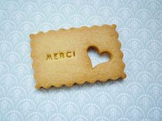 "des petits biscuits ""merci"" Small thank you biscuits! How sweet! Biscuit Cookies, Sugar Cookies, Cafe Mode, Cupcakes, Cute Cookies, Wedding Favours, Wedding Souvenir, Wedding Cookies, Wedding Stationery"