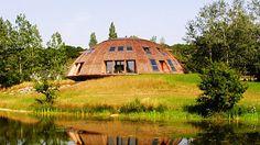 Dům na první pohled snadno splne se svým okolím, už na druhý ale upoutá naopka poněkud mimozemským tvarem. Jak si myslíte, že to vypadá uvnitř? :)