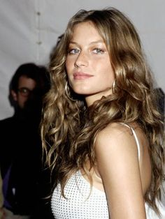 From Twiggy's famed pixie to Veronica Lake curls, take a cue from these retro inspirations that translate thoroughly modern in Gisele Bundchen. Hair Day, New Hair, Celebrity Hairstyles, Cool Hairstyles, Casual Hairstyles, Medium Hairstyles, Braided Hairstyles, Gisele Hair, Style Feminin