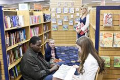 """""""The Blind Side"""" movie still, 2009. L to R: Quinton Aaron, Jae Head, Sandra Bullock, Lily Collins. The Blind Side 2009, John Lee Hancock, Michael Oher, Football Movies, Michael Lewis, Broken Home, American Teen, Tim Mcgraw, Lily Collins"""