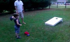 Gif animado - niño de 3 años jugando al cornhole. http://fazulascuriosidades.blogspot.com.es/ #gifs #humor #niños #juegos